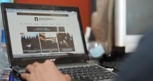 Warga membuka salah satu website yang diblokir oleh Kementerian Komunikasi dan Informatika di Palu, Sulawesi Tengah, Selasa (31/3).