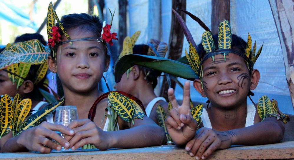Anak-Anak Mentawai dalam Performa Tari tradisional (kyscrapercity.com)