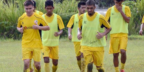 Pemain asal Turkmenistan, Mekanisme Nasyrow (kiri) sudah bergabung latihan bersama Diego Messias dan lainnya, Kamis (21/4) di lapangan mess tim Indarung, Padang. (mo spfc)