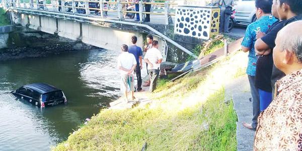 Kijang Innova terjun ke dalam Sungai Batang Mangguang. (darmansah)