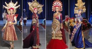 Sejumlah model memperagakan desain busana etnik  tradisional modifikasi Minang saat acara Minangkabau  Fashion Festival di Hotel Bumiminang, Padang, Senin (23/5). (antara)