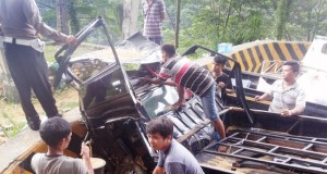 Proses evakuasi motor yang ditabrak pikap di Sitinjau Lauik, Padang (rahmat zikri)