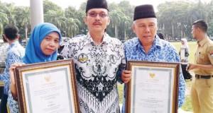 Kepala SMP Adabiah, Prana Jaya (tengah) foto bersama Wiwid dan  Syafriadi. (*)