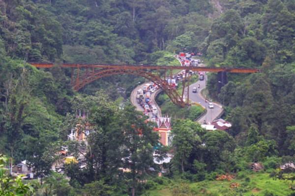 Arus lalu lintas di kawasan Malibo Anai, Padang Pariaman (antara foto)