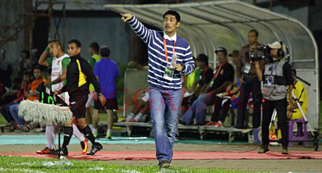 Coach Nilmaizar saat memberikan instruksi di Stadion H. Agus Salim, Padang. (rahmat zikri)