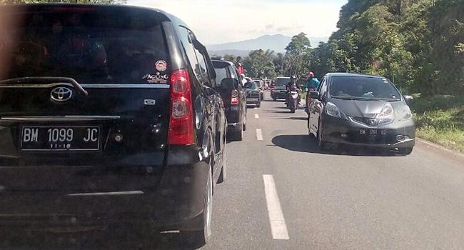 Kemacetan dari kawasan Padang Panjang menuju Bukittinggi. (aci)