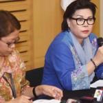Wakil Ketua KPK Basaria Panjaitan (kanan) didampingi Plh Kepala Biro Humas Yuyuk Andriati (okezone.com)