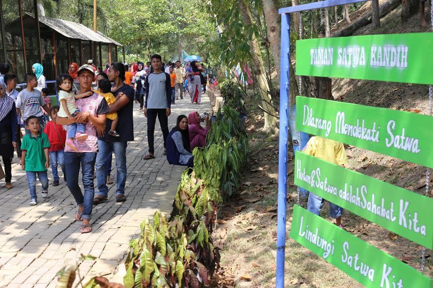 Taman wisata Kandih diserbu warga. (desrian)