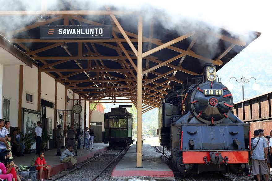 Lokomotif uap Mak itam, beroperasi di kawasan stasiun sqawahlunto, Senin (4/7).(desrian eristha)