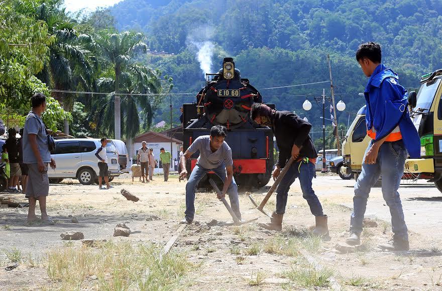 Sejumlah pekerja membersihka rel Mak Itam. (desrian)