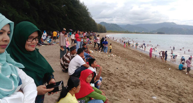 Pantai Sago, 2 Km dari Carocok Painan yang juga diserbu warga untuk berlebaran. (gusnaldi)