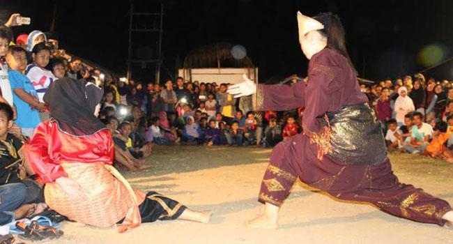 Dua pandeka wanita dari grup kesenian dan sasaran silek Nagari Bayua menampilkan kebolehannya menampilkan seni tradisonal silek pada acara pagelaran seni anak nagari Salingka Danau Maninjau .(maswir chaniago)
