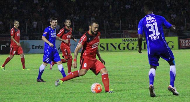 Marcel dihadang sejumlahpemain Madura United (rahmat zikri)