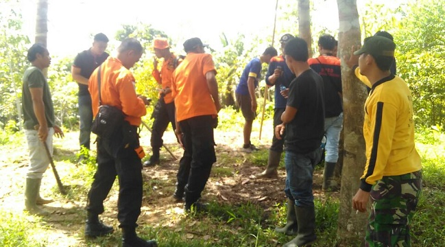 Tim pencari masih melakukan pencarian di hutan yang diduga merupakan tempat hilangnya buruh angkut kayu. (ricky)
