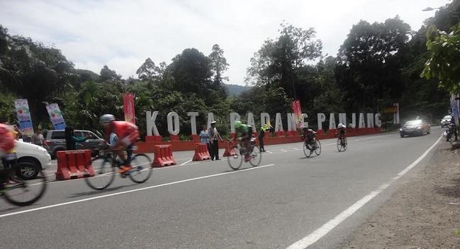 Pebalap TdS melintasi jalan di Padang Panjang. (musriadi)