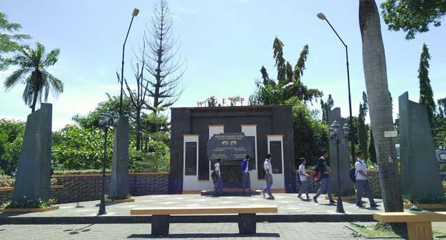 Monumen gempa Padang. (desrian)
