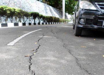 Jalan yang retak menuju Kantor Balaikota Payakumbuh. (bule)