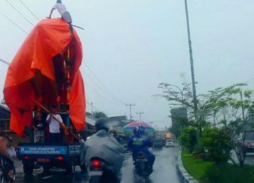 Di tengah hujan lebat dengan mempergunakan beberapa unit mobil, anak-anak nagari membawa kerangka 'tabuik' ke tempat penyelenggaraan 'tabuik naiak pangkek, yaitu salah satu dari prosesi tabuik Piaman, Minggu (16/10).(darmansyah)