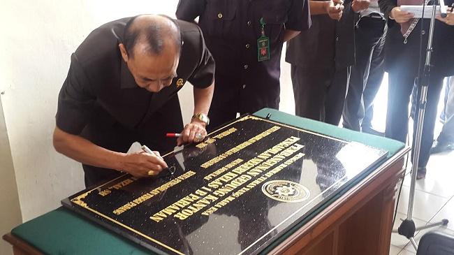 Ketua Pengadilan Tinggi Husni Rizal, menandatangani prasasti dimulainya pembangunan Gedung PN Pariaman yang baru, Rabu (5/10).(darmansyah)