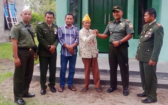 Dandim 0308 Pariaman, Letkol Arh. Endro Nurbantoro (kedua kanan) salam komando dengan salah seorang veteran yang rumahnya telah selesai dibedah, beberapa hari lalu. (*)