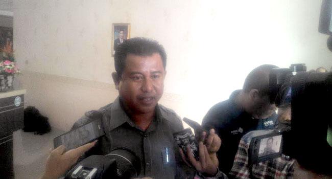 Ketua Fraksi Partai Demokrat Fedrofil saat dicecar sejumlah pertanyaan oleh wartawan di BNNP Sumbar, Senin (10/10). (arief pratama)
