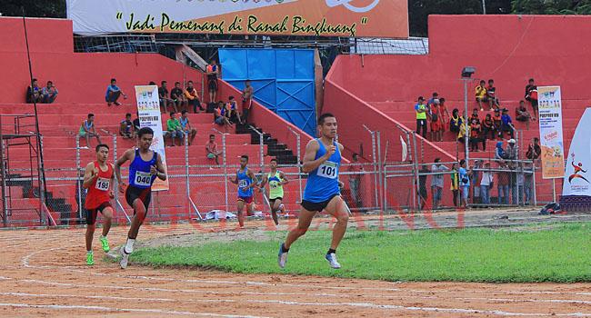Hari pertama cabor atletik Porprov XIV, Selasa (22/11) di Lintasan Atletik Stadion H. Agus Salim memperlombakan empat nomor final putra-putri. (rahmat zikri)