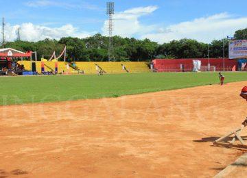 Pekerja meratakan lintasan lari Stadion H. Agus Salim beberapa waktu lalu.(rahmat zikri)