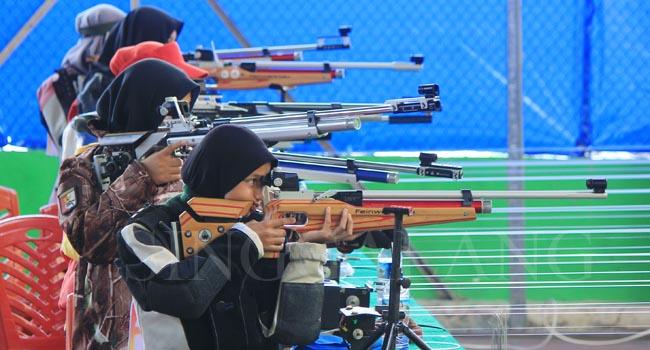 Para atlet saat bersaing di kelas air rifle match youth putri di Lapangan Tenis Telkom Padang Baru, Senin (21/11)  (rahmat zikri)