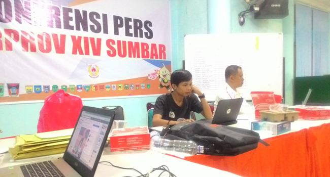 Terlihat kesibukan Arief Kamil dalam membuat laporan Porprov untuk medianya di Media center Porprov Lantai II Gedung KNPI Sumbar, Komplek GOR H. Agus Salim, Padang. (dede amri)
