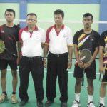 Pebulutangkis ganda putra Padang Panjang (kiri) sebelum bertanding lawan Sawahlunto di cabang bulutangkis Porprov XIV Padang. (jas)