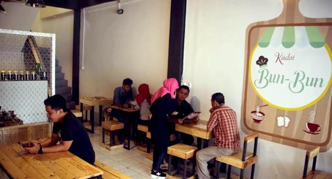 Suasana Kadai Bun Bun di Ulak Karang, Padang, yang menyajikan mie instan dengan pedas 9 level, serta ragam coffee nusantara dan mancanegara.(desrian eristha)