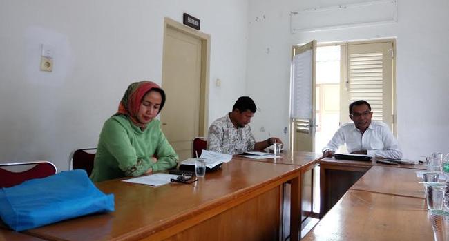 Panitia pengukuhan DPP Ika Unand Prof. Reni Mayerni, Sukri Umar dan Dr. Feri Arlius memberikan penjelasan kepada wartawan terkait rencana pengukuhan DPP Ika Unand 2016-2020. (*)