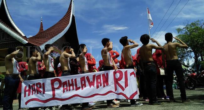 Mahasiswa Jurusan Sejarah UNP memperingati Hari Pahlawan 10 November. (rian)
