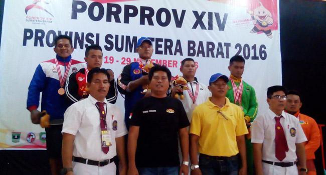 Lifter Kontingen Kepulauan Mentawai, Robinson usai menerima medali di cabor angkat berat kelas 83 kg, Kamis (24/11) di GSG Kuranji. (dede amri)