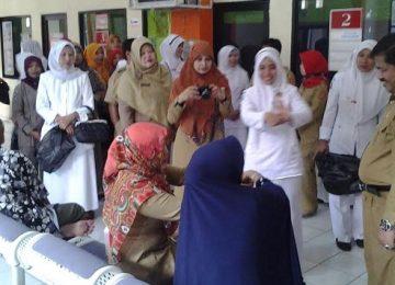 Direktur RSUD Lubuk Basung dr. Bakhrizal berdialog dengan beberapa pasien beberapa waktu lalu.(lukman)