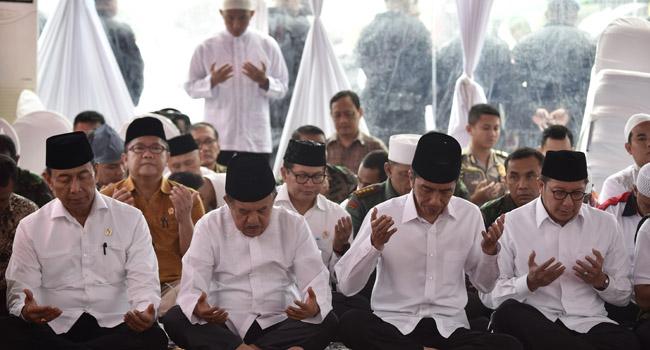 Presiden Joko Widodo, Wakil Presiden Jusuf Kalla, Menkopolhukam Wiranto (kiri) dan Menteri Agama Lukman Hakim Syaifuddin berdoa sebelum melaksanakan shalat Jumat di Silang Monas, Jakarta, Jumat (2/12). (antara)