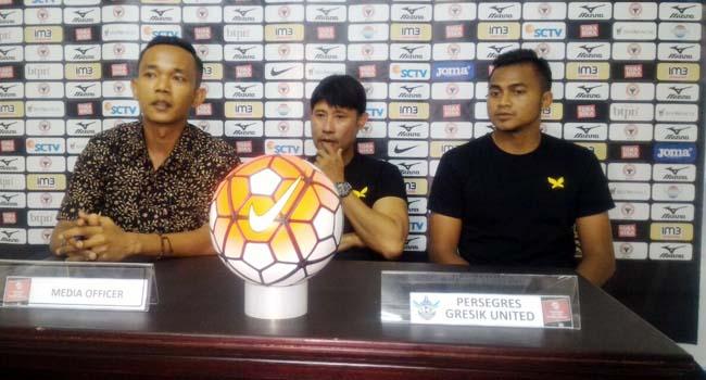 Pelatih Pesegres Edward Tchong memberikan keterangan jelang menghadapi SPFC. (ist)