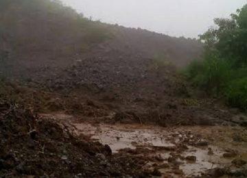 Salah satu lokasi longsor di Sarasah, Kecamatan Malalak yang mengakibatkan jalan putus total. (maswir chaniago).