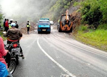 Jalur jalan Malalak -  Bukittinggi dibersihkan dengan bantuan alat berat, Minggu (4/12). (maswir chaniago).