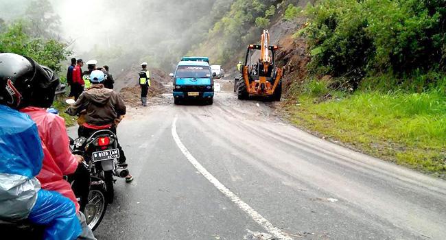 Jalur jalan Malalak -  Bukittinggi dibersihkan dengan bantuan alat berat, beberapa waktu lalu. (maswir chaniago).