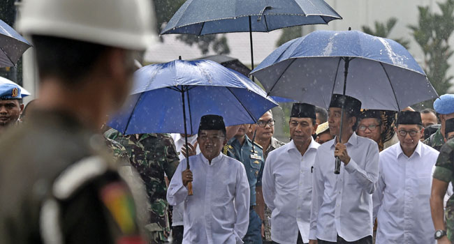 Presiden Joko Widodo (ketiga kanan) didampingi Wakil Presiden Jusuf Kalla (kiri), Menkopolhukam Wiranto dan Menteri Agama Lukman Hakim Syaifuddin (keempat kanan) berjalan menuju Lapangan Silang Monumen Nasional (Monas) untuk mengikuti shalat Jumat bersama di Jakarta, Jumat (2/12). (antara)