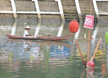 Seorang nelayan melintas