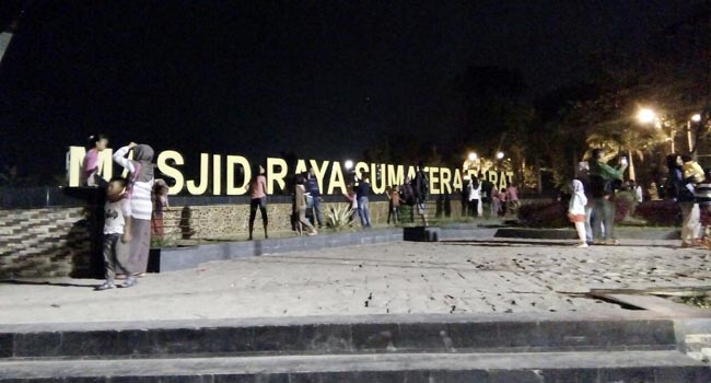 Warga berselfi ria di kawasan Masjid Raya Sumbar (lenggo)