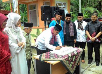 Walikota Pariaman Mukhlis R menandatangani prasasti peresmian RSUD dr.Sadikin Pariaman. (agussuryadi)
