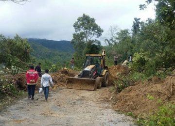 Alat berat terlihat sedang membersihkan material longsoran di Sungai Landia. (asrial gindo)