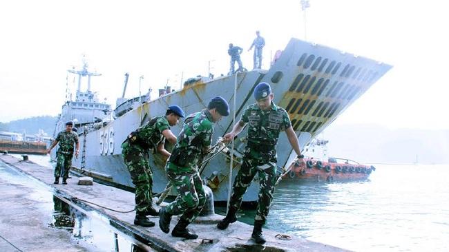 Prajurit Lantamal II Padang menarik tali pengikat KRI Teluk Sibolga 536 ketika merapat di Pelabuhan Teluk Bayur, Padang, Rabu (11/1). (guspa caniago)