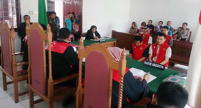Para terdakwa saat mendengarkan vonis hakim (rahmat zikri)