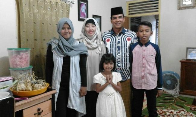 Wakil Ketua AFKAB Pessel, Wiwi Burdani bersama keluarga tercinta. Wiwi siap memajukan futsal di Ranah Pessel. (dok keluarga)