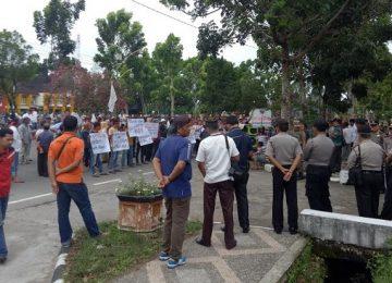 Sejumlah pedagang demo di DPRD Agam. (lukman)