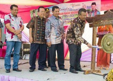 Pemukulan gong oleh bupati Solok H. Gusmal dalam mencanangkan pegelaran kesenian anaknnagari, Minggu (5/2).